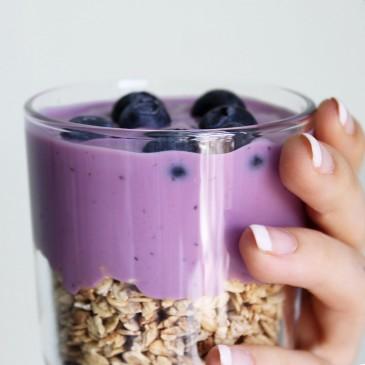 Recept: Blokontbijtje met yoghurt, granola en fruit