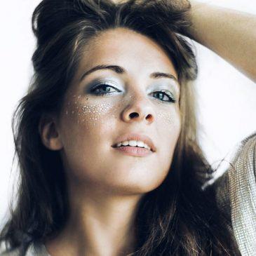 Make-up: Trend 'Glitter freckles'