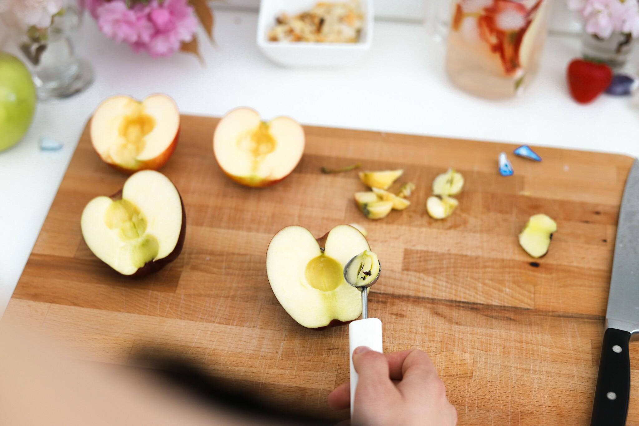 Pers de citroen en giet het citroensap en water over de appels.