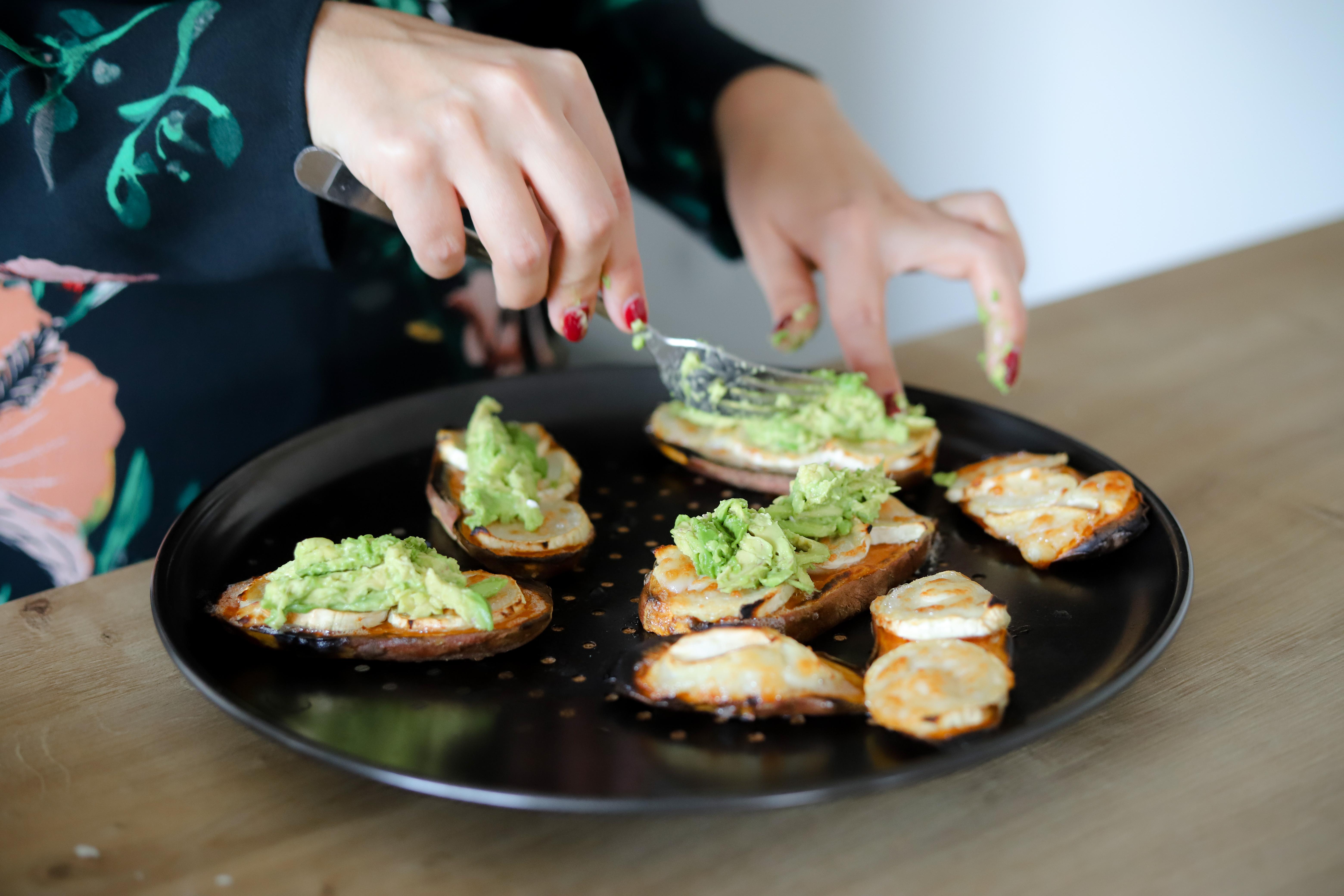 Toast van zoete aardappel met geitenkaas en avocado
