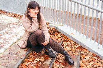 Herfstoutfit met zwarte cut-out boots